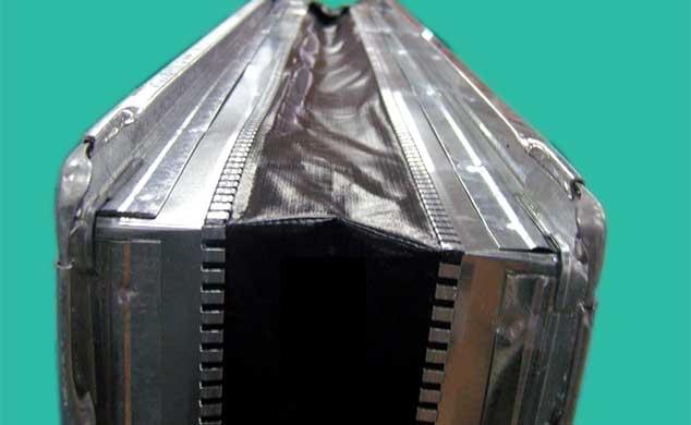 Lona de vinil reforçada fixada na chapa através de cravação